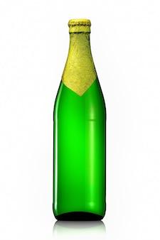 Butelka piwa ze złotą folią i ścieżką przycinającą na białym tle