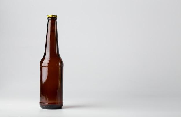Butelka piwo na białym tle