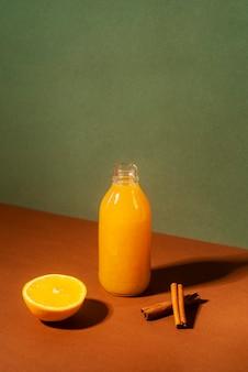 Butelka pod wysokim kątem z sokiem pomarańczowym