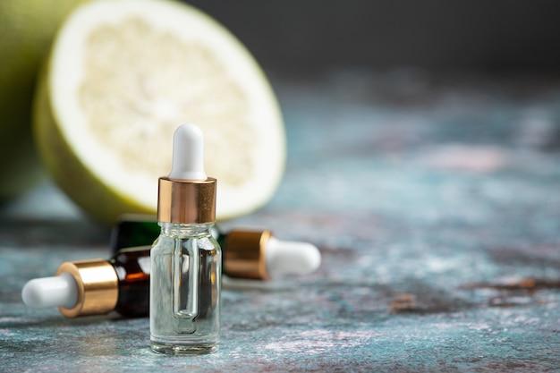 Butelka serum olej grejpfrutowy umieścić na ciemnym tle