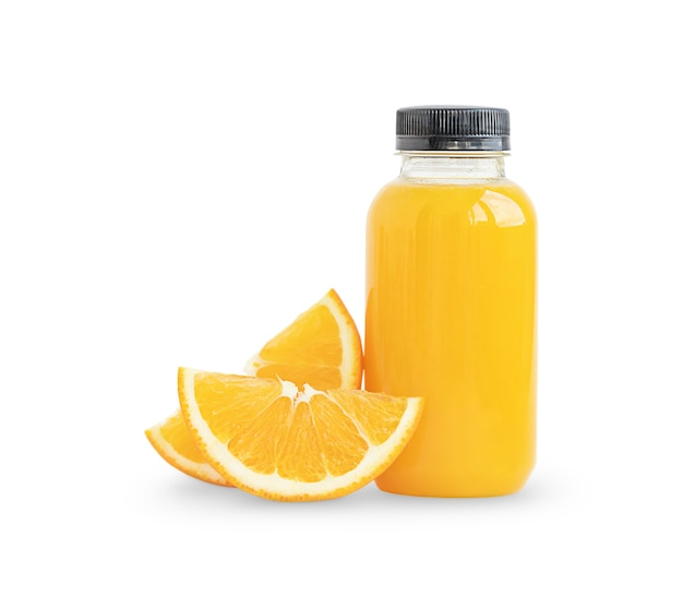 Butelka soku pomarańczowego i plasterki pomarańczy na białym tle