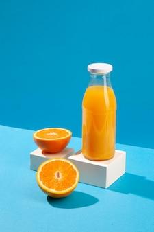 Butelka soku pomarańczowego pod wysokim kątem