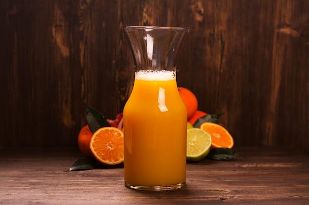 Butelka świeżego domowego soku cytrusowego