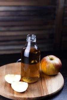 Butelka świeżego jabłka napoju drewniany tło
