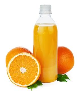 Butelka świeżego soku pomarańczowego na białym tle