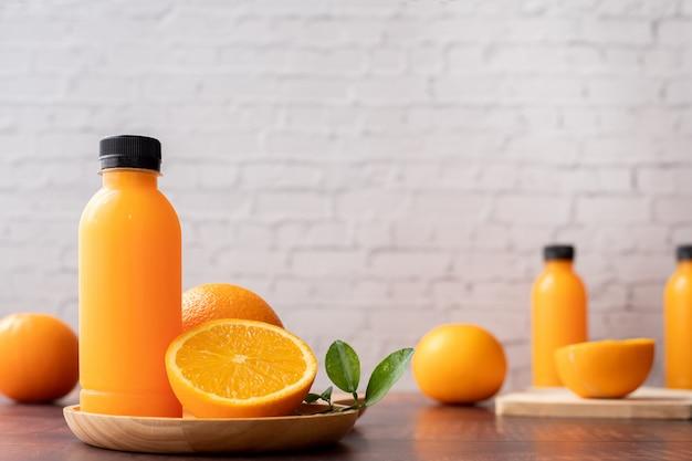 Butelka świeżo wyciśniętego soku pomarańczowego, bez dodatku cukru.