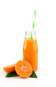 Butelka świeży sok pomarańczowy na bielu