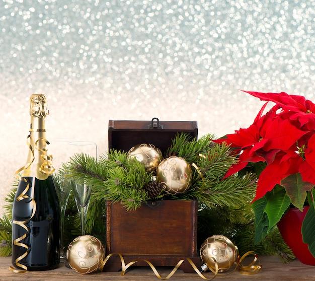 Butelka szampana i dwie szklanki na błyszczącym tle uroczysty. dekoracja w stylu vintage nowy rok