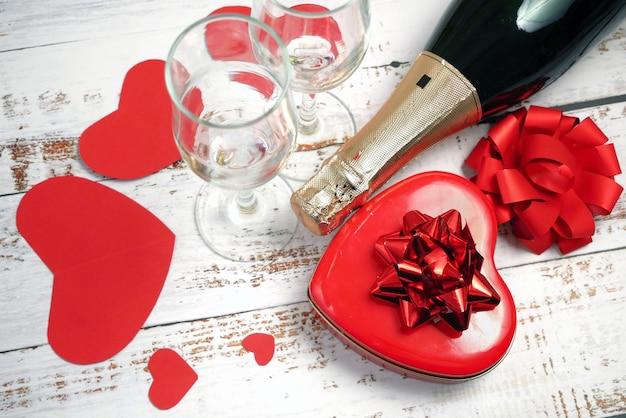 Butelka szampana i dwie szklanki z prezentem