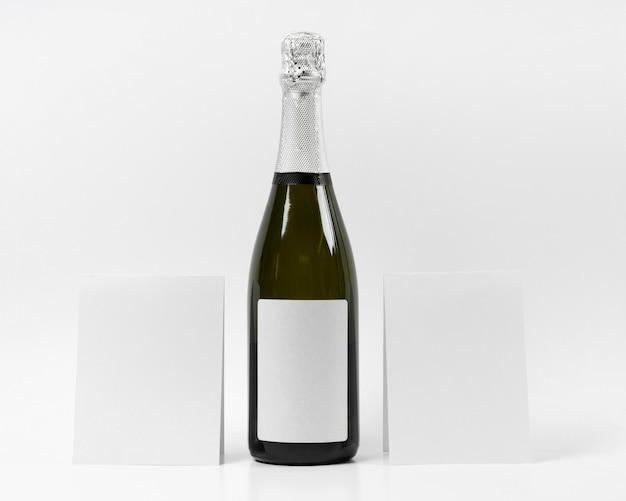 Butelka szampana na białym tle
