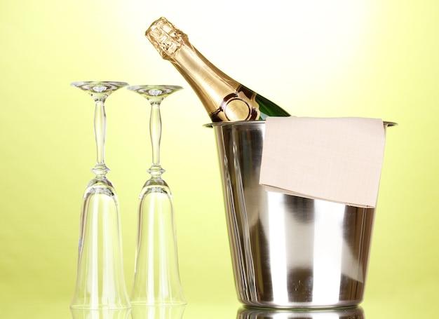 Butelka szampana w wiaderku z lodem i szklankami