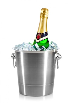 Butelka szampana w wiadrze z lodem na białym tle