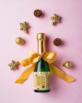 Butelka szampana w złotym opakowaniu
