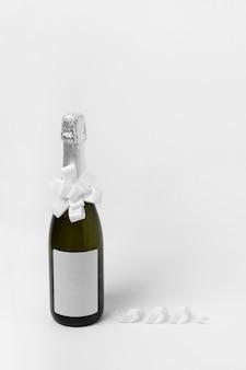 Butelka szampana z białym tłem