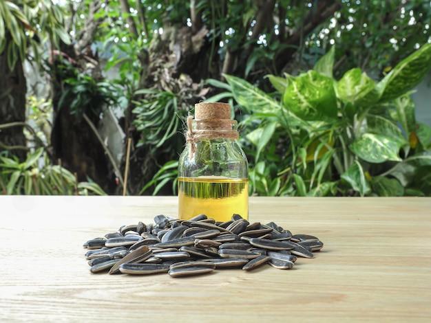 Butelka tłoczonego na zimno oleju słonecznikowego z grupą nasion słonecznika
