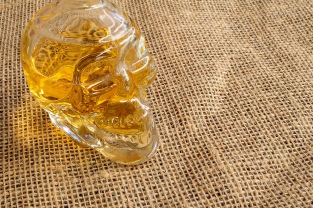 Butelka typowego brazylijskiego napoju w kształcie czaszki cachaca z juty