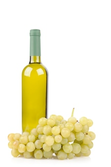 Butelka wina białego i winogron na białym tle
