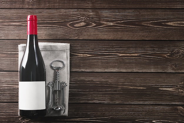 Butelka wina i korkociąg. skopiuj miejsce.