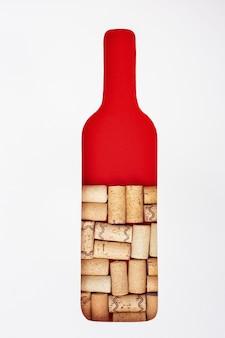 Butelka wina jest wypełniona korkami do wina