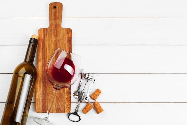 Butelka wina, korek i korkociąg na drewnianym stole
