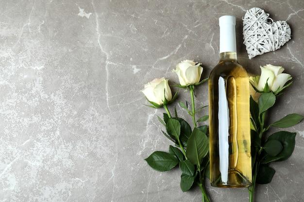 Butelka wina, róż i serca na szaro teksturowanej