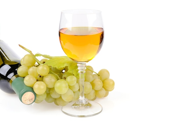 Butelka wina, szkło i winogrona na białym tle