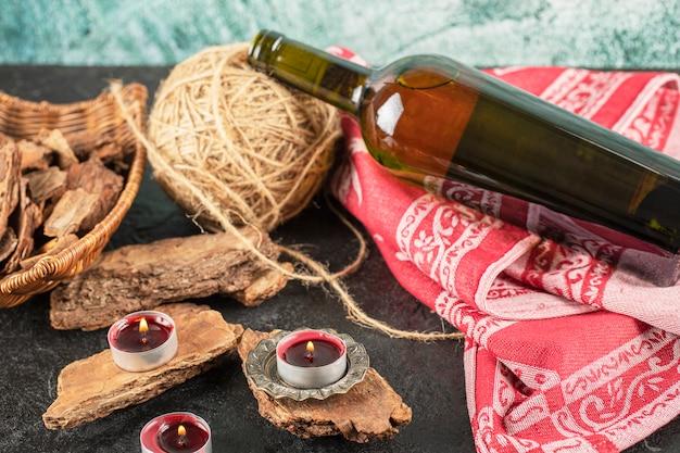 Butelka wina w rustykalnej, romantycznej koncepcji