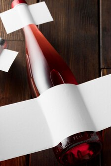 Butelka wina z pustą etykietą