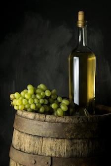 Butelka winograd na drewnianym tle