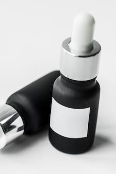 Butelka wkraplacza na białym tle na tle whtie