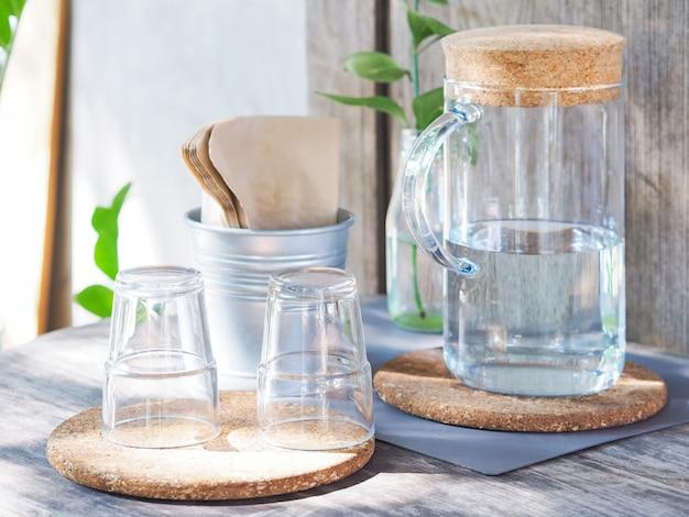Butelka wody i puste szklanki