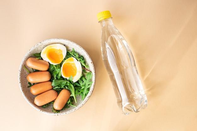 Butelka wody mineralnej z bilansem wody gazowej posiłek właściwy trend żywieniowy