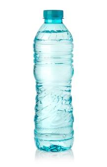 Butelka wody na białym tle biały ze ścieżką przycinającą