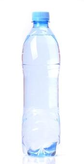 Butelka wody na białym tle