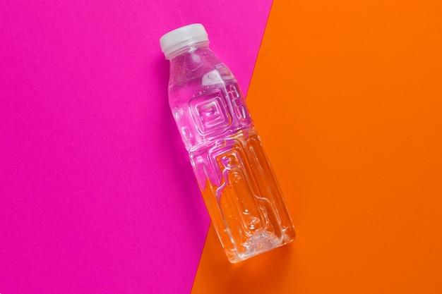 Butelka wody na kolorowym