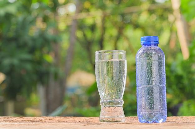 Butelka wody pitnej. woda pitna dla zdrowia