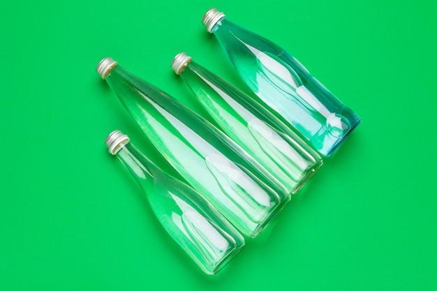 Butelka wody płaskie leżał widok z góry
