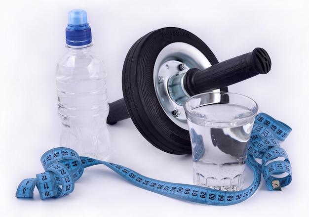 Butelka wody, szklanka wody, rolka do brzucha i