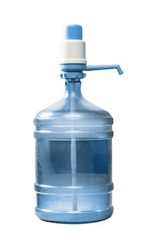 Butelka wody z pompą na białym tle