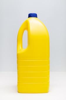 Butelka wybielacza. żółty plastikowy pojemnik