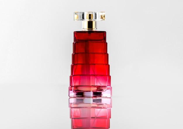 Butelka z czerwonym światłem w widoku z przodu zaprojektowana na białym biurku