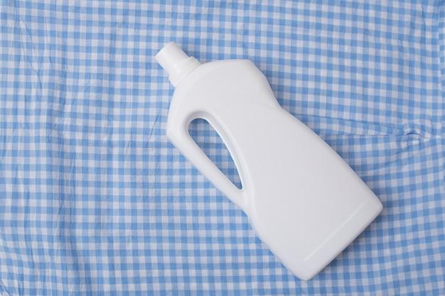 Butelka z detergentem na niebieską szachownicę. widok z góry.