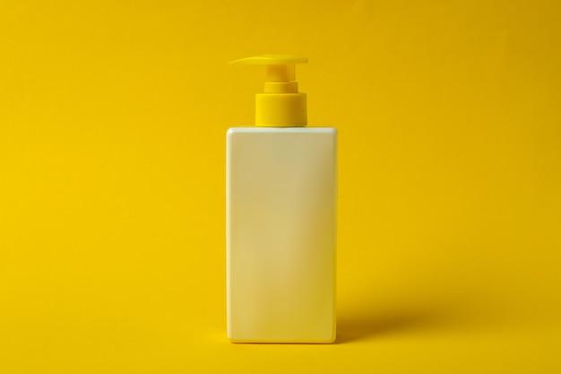 Butelka z filtrem przeciwsłonecznym na żółto