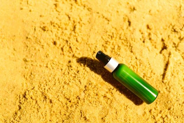 Butelka z filtrem przeciwsłonecznym w piasku