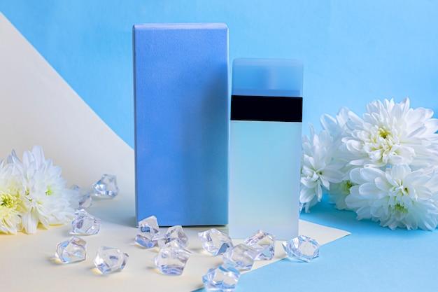 Butelka z kobiecymi perfumami. na wielokolorowych arkuszach papieru. ozdobiony kwiatami i koralikami.