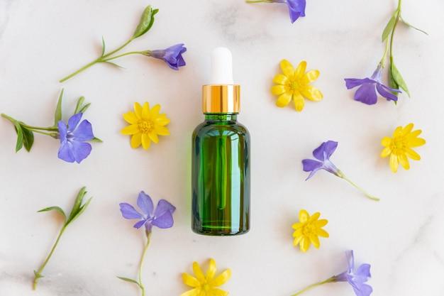 Butelka z serum hialuronowym lub olejkiem eterycznym, nawilżający i przeciwstarzeniowy zbliżenie produktu kosmetycznego