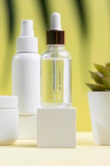 Butelka z surowicą i układ roślin