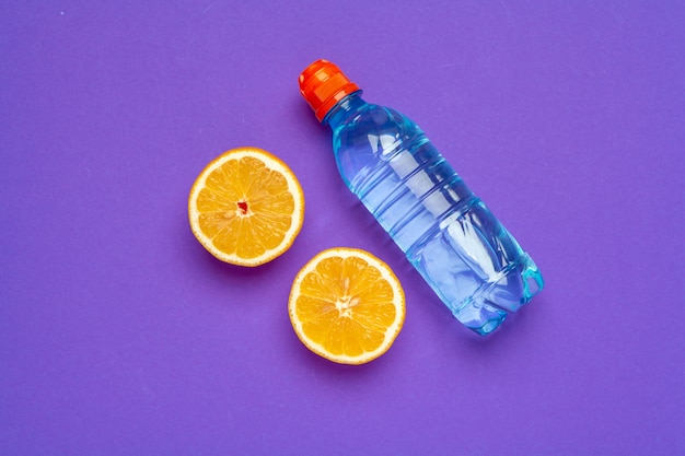 Butelka z wodą infuzyjną cytrusów, płaskie leżał, widok z góry