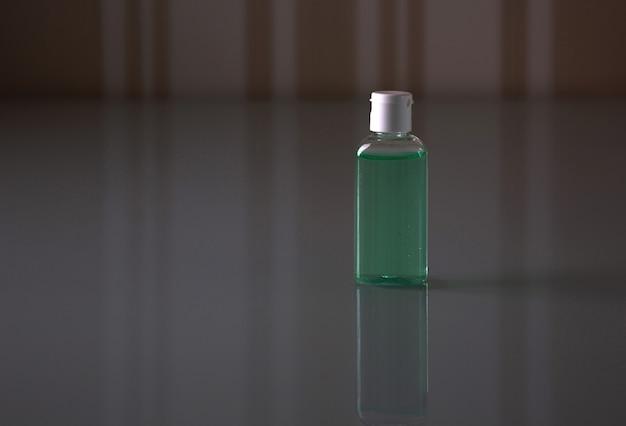 Butelka z żelem antybakteryjnym do mycia rąk i ochrony przed wirusem koronowym. pusta przestrzeń