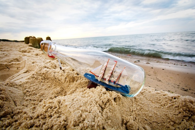 Butelka ze statkiem w środku.